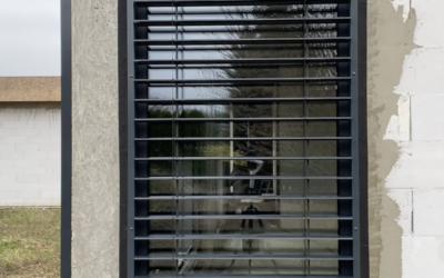 Żaluzje fasadowe w domu jednorodzinnym w stylu nowoczesnej stodoły.